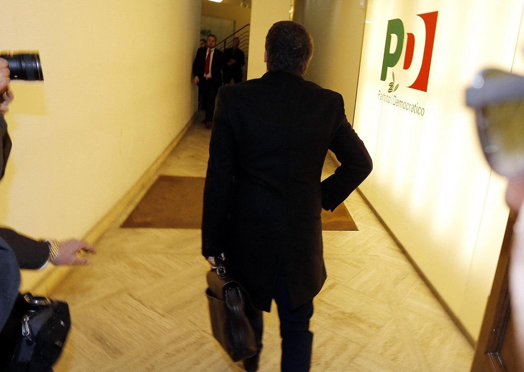 Matteo Renzi all'entrata del Nazareno, la sede del Partito democratico