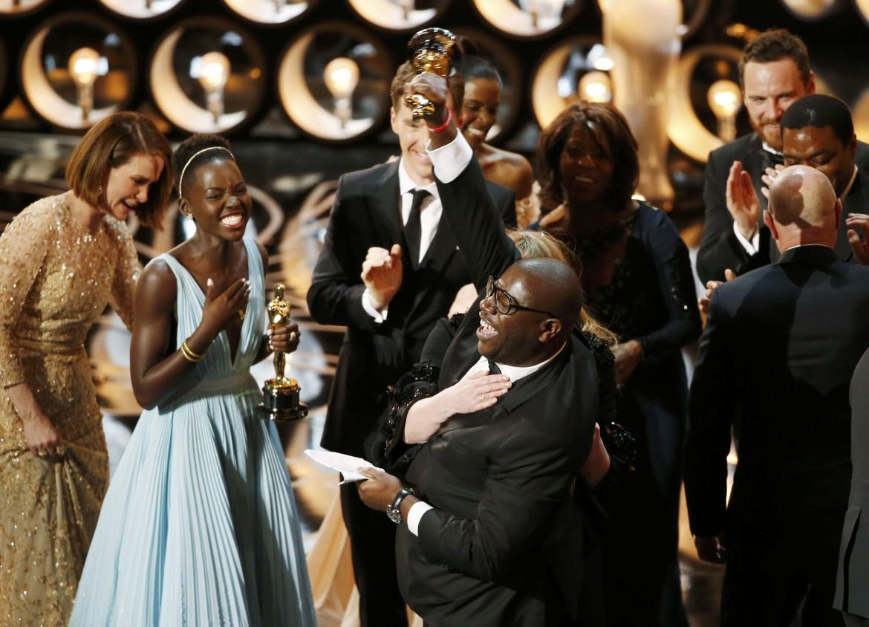 Il regista Steve McQueen, premiato per il miglior film «12 anni schiavo» e Lupita Nyong'o (miglior attrice non protagonista). In basso Cate Blanchett