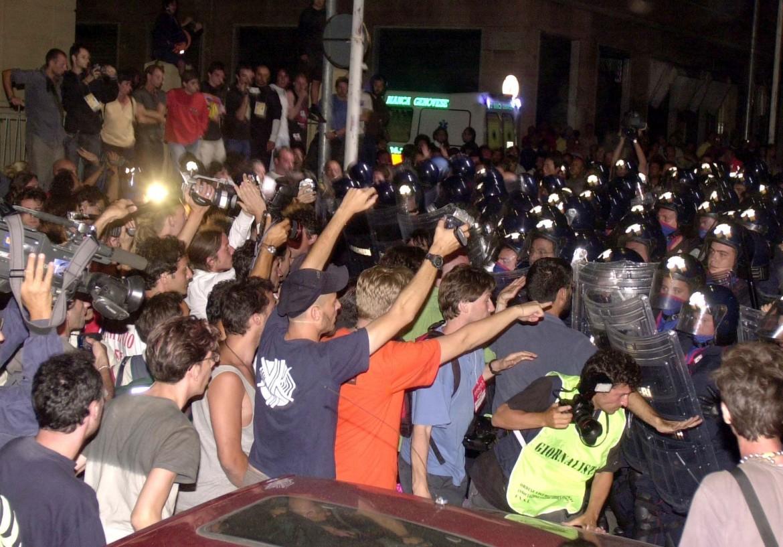La protesta durante l'irruzione alla scuola Diaz