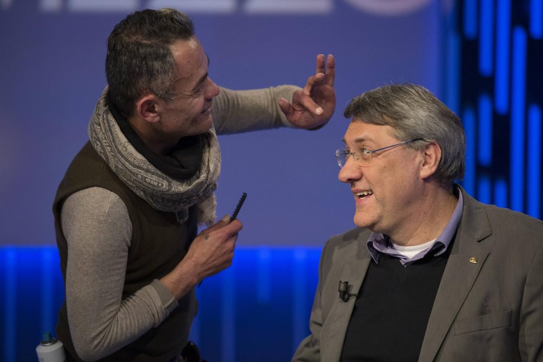 Il segretario generale della Fiom Maurizio Landini alle prese con un parrucchiere in una delle sue tante ospitate televisive