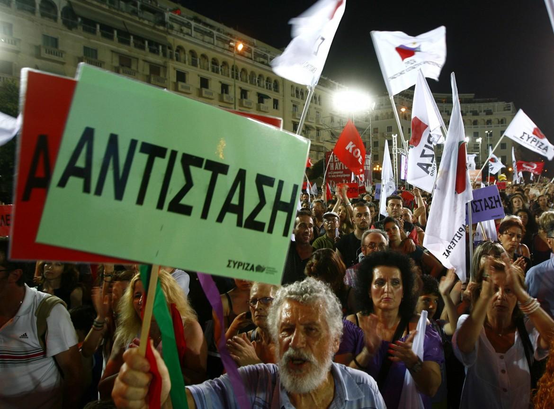 Atene, militanti di Syriza in piazza