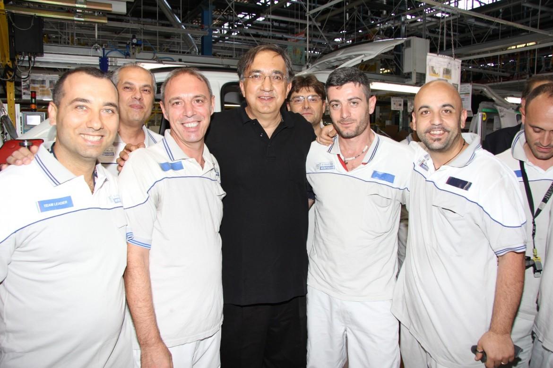 Sergio Marchionne abbraccia gli operai di Pomigliano: sorrisi di bei tempi andati?