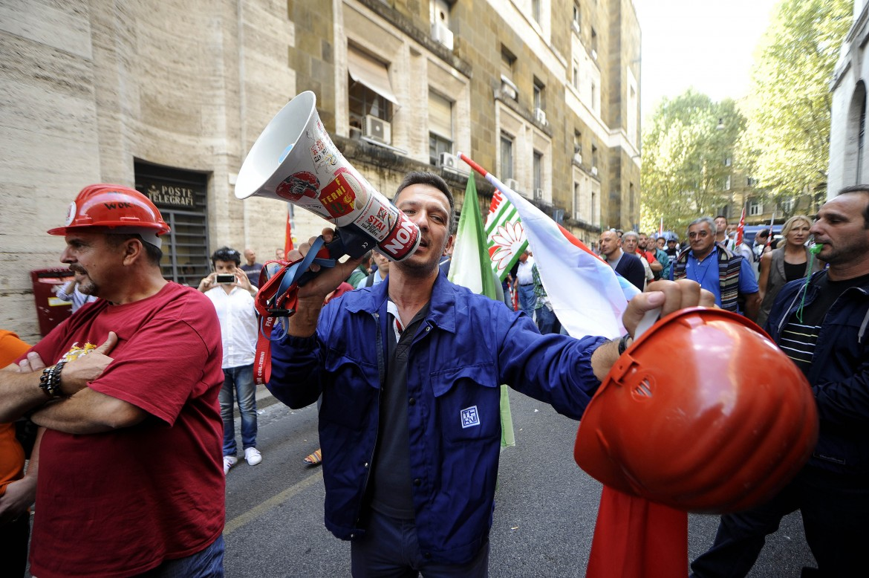 La protesta dei dipendenti dell'Ast di Terni sotto il ministero