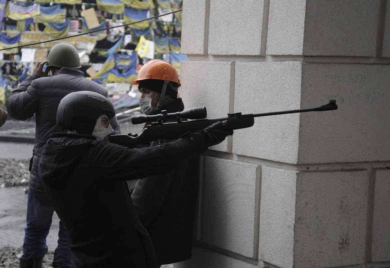 manifestante armato di fucile di precisione