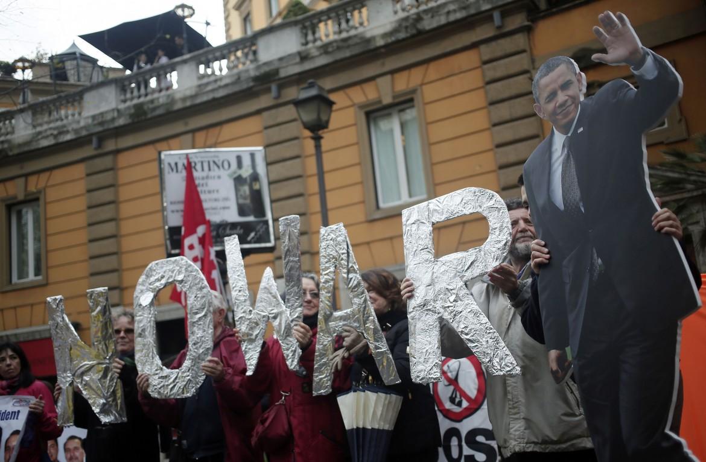 La protesta pacifista davanti all'ambasciata Usa a Roma