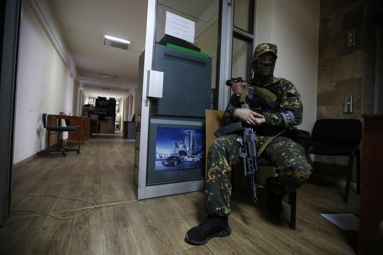 Uomo armato filorusso a Donetsk