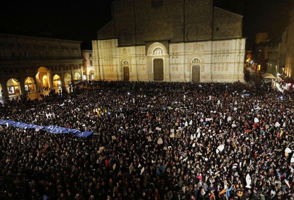 Il primo flash mob delle sardine a Bologna, in piazza Maggiore