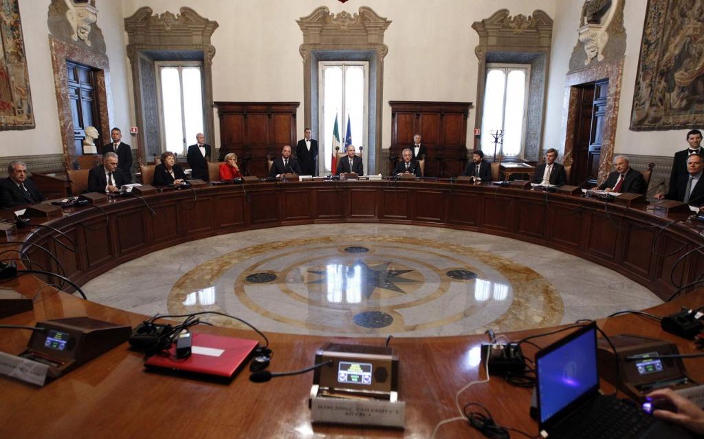 Il primo consiglio dei ministri presieduto da Enrico Letta