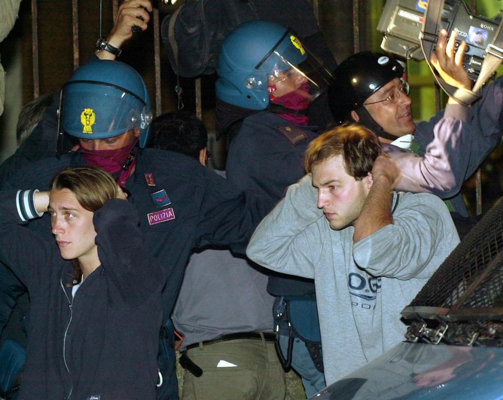 L'uscita dei ragazzi fermati e massacrati alla scuola Diaz di Genova nel luglio del 2001