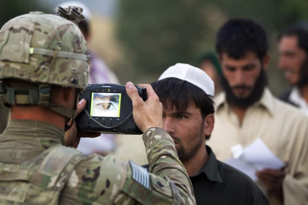 La schedatura di un ragazzo afghano da parte dei militari Usa