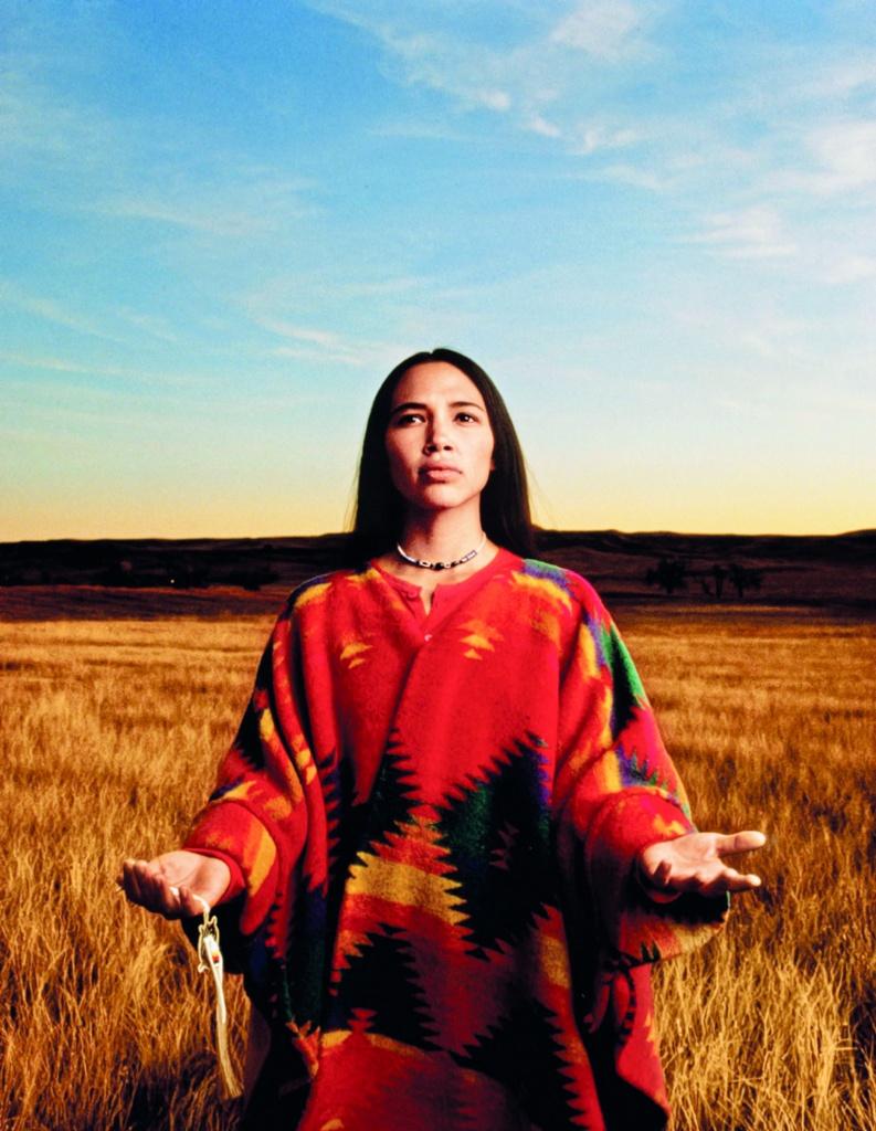 Irene Bedard nel ruolo  di Mary Crow Dog, scrittrice e attivista  dell'American Indian Movement: una immagine dal film «Lakota Woman. Siege at Wounded Knee»