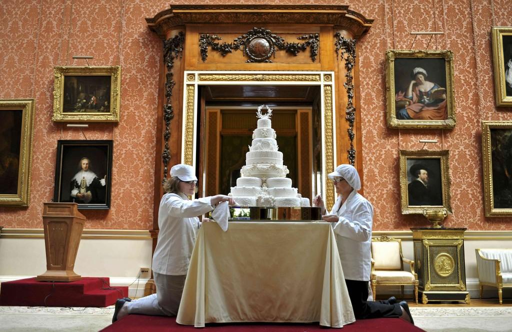 La torta a otto piani allestita nella galleria dei ritratti di Buckingham Palace, a Londra, per il matrimonio di William e Kate (era l'aprile del 2011)