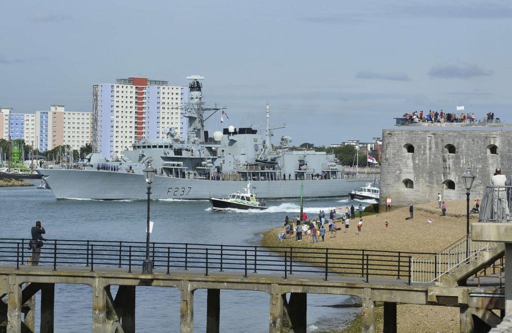 Una fregata britannica all'uscita dalla base navale di Portsmouth