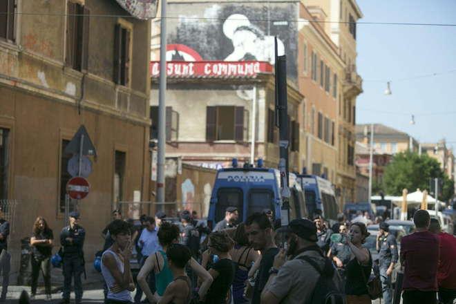 Un momento dello sgombero del centro sociale Communia in via dei Sabelli a Roma