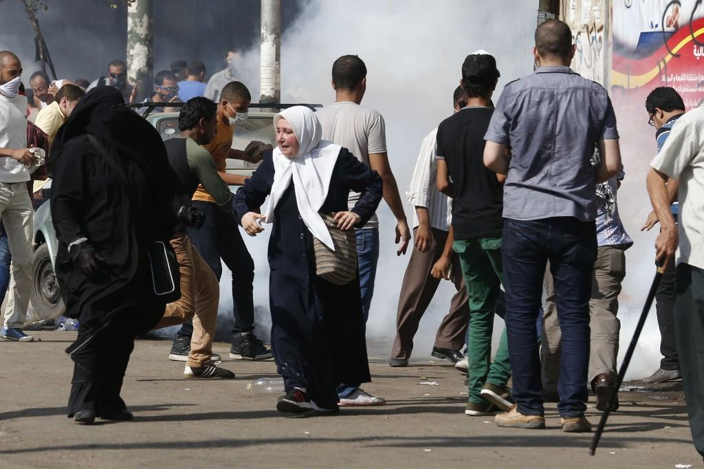 Il Cairo, sostenitori del deposto presidente Morsi disperdi con i lacrimogeni