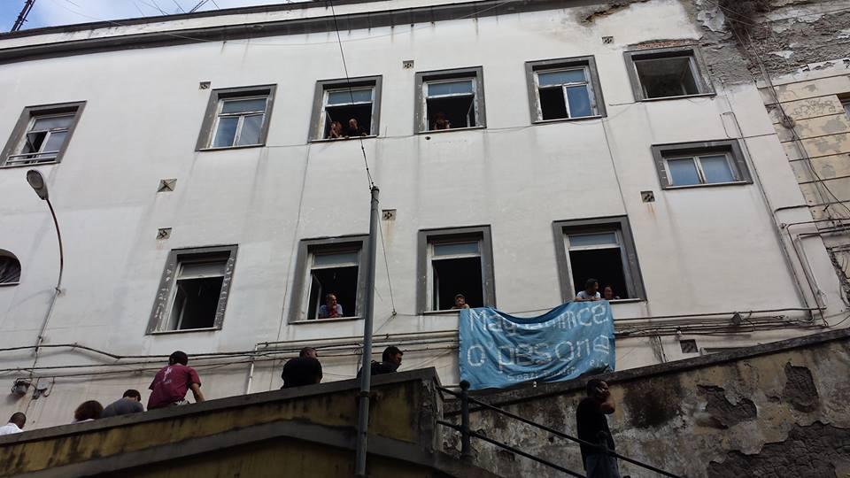 L'edificio dell'Annona occupato a Napoli dagli sfrattati