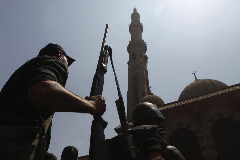 Il Cairo, polizia davanti alla moschea di piazza Ramses