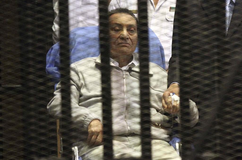 L'ex presidente Hosnu Mubarak dietro le sbarre