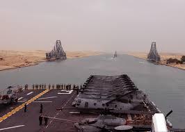 Passaggio di una portaerei americana attraverso il Canale di Suez