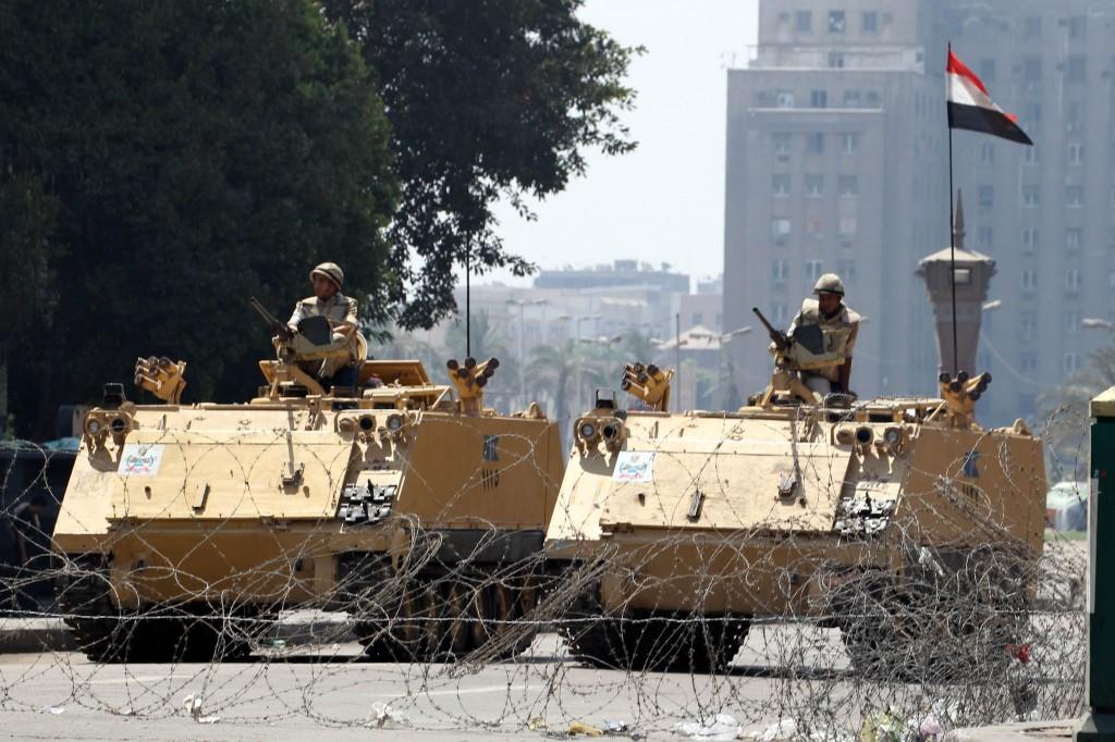 Soldati presidiano Piazza Tahrir