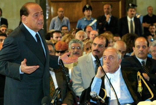 Gaetano Pecorella (a destra) al tempo in cui difendeva Silvio Berlusconi (a sinistra)