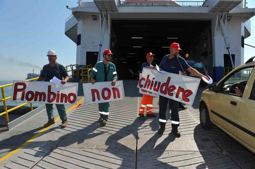 Manifestazione operaia contro la chiusura delle Acciaierie