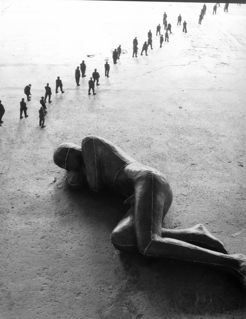 Man Asleep di Anton Gormley, 1985