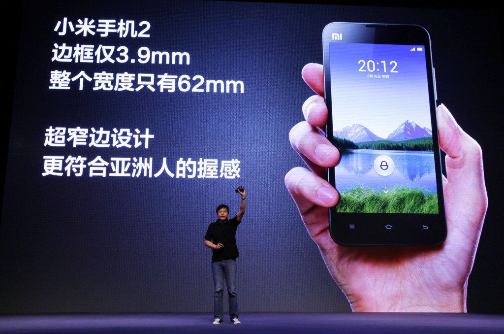Lei Jun, fondatore di Xiaomi, presenta un nuovo telefono a Pechino