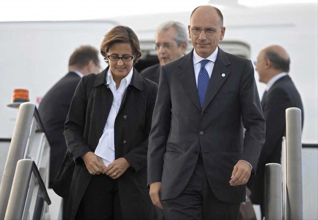 Enrico Letta, il presidente del consiglio, ieri, mentre scende dall'aereo a San Pietroburgo per il vertice del G20