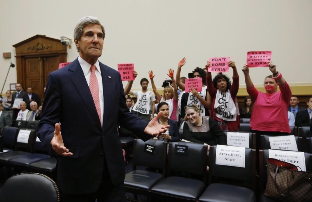John Kerry contestato alla deposizione in senato per l'intervento in Siria