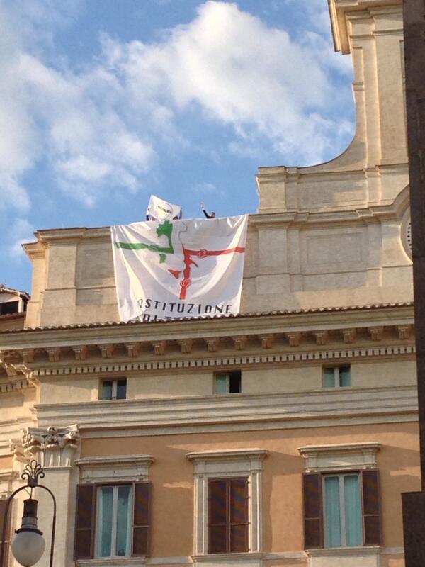 I deputati a 5 Stelle sul tetto di Montecitorio