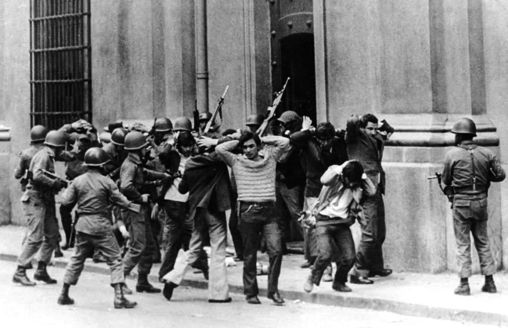 11 settembre 1973, rastrellamenti dopo il golpe nella capitale Santiago
