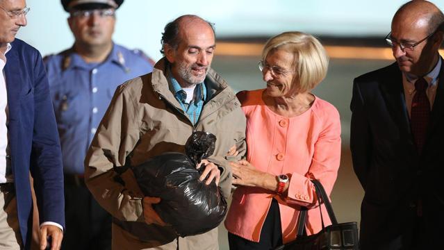 Domenico Quirico ricevuto dalla ministra Bonino all'aeroporto di Ciampino