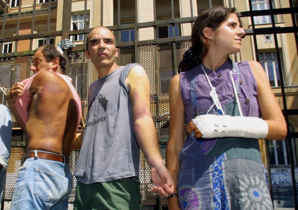 Alcuni detenuti di Bolzaneto dopo la liberazione