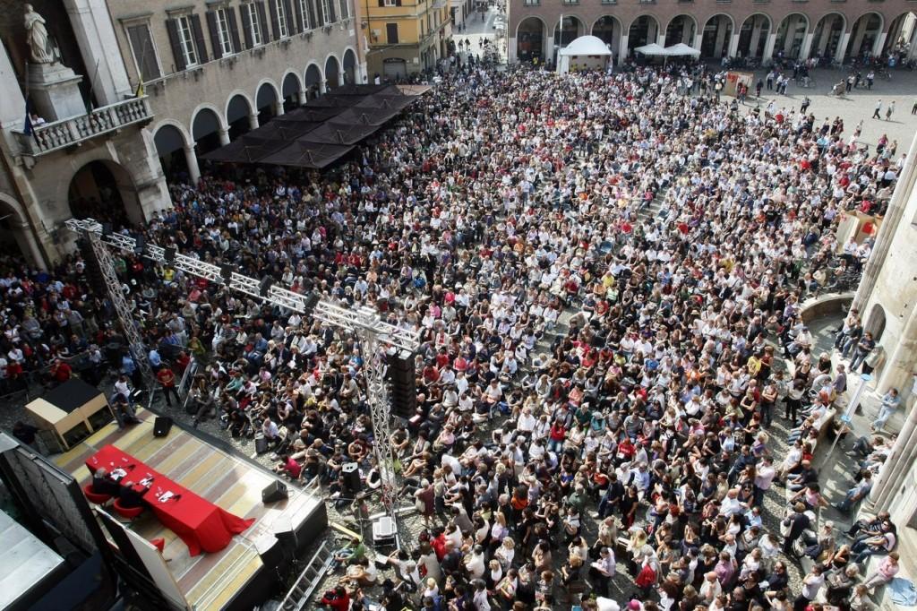 fotografia aerea di una piazza di Modena durante il festival della filosofia