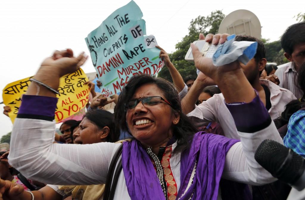 Manifestazione davanti alla corte di New Delhi in attesa della sentenza