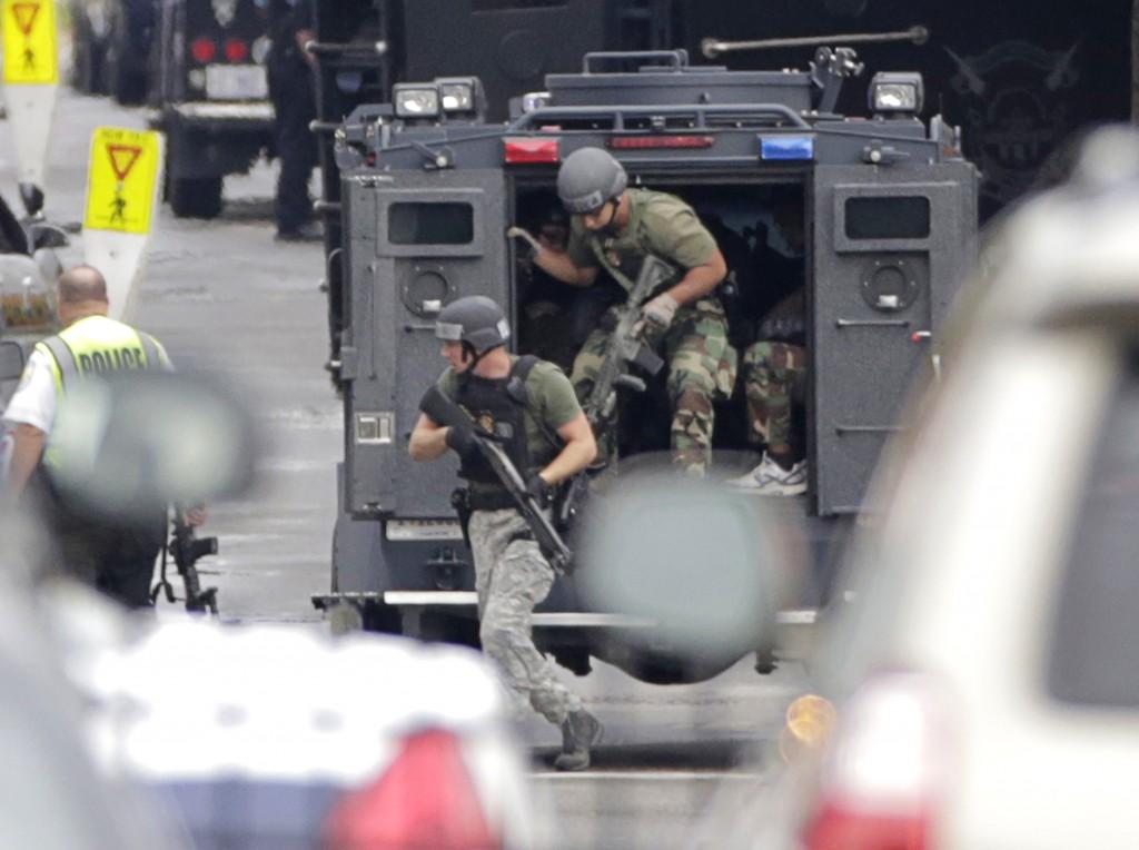 La polizia arriva sul luogo della sparatoria a Washington