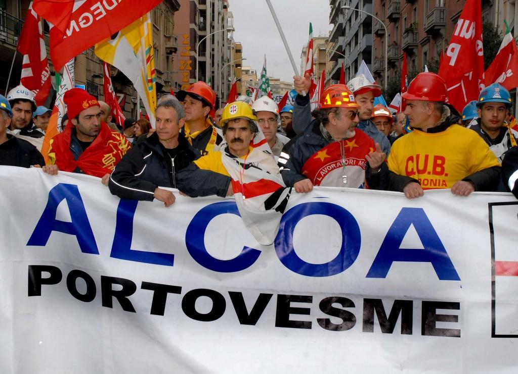 Una manifestazione degli operai ex Alcoa di Portovesme