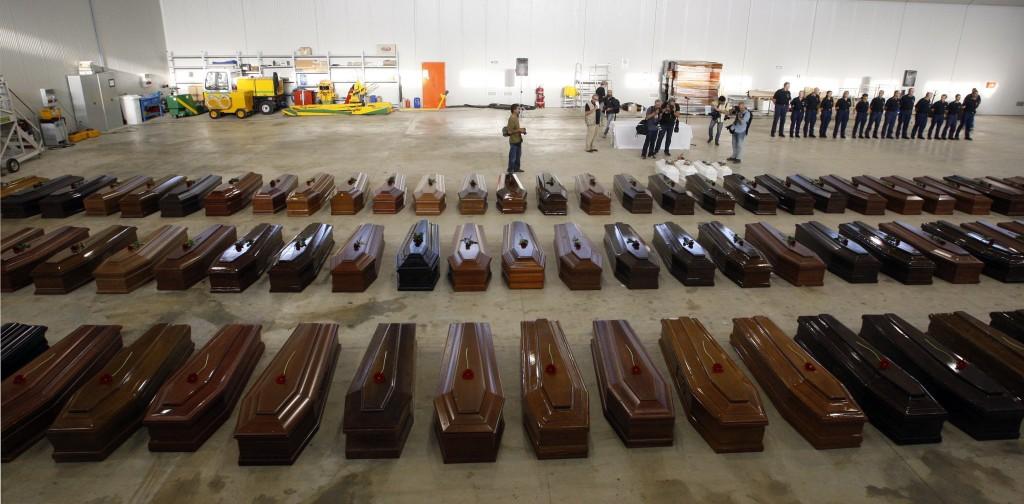 Le bare della tragedia di ottobre a Lampedusa