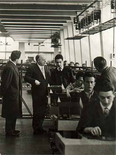 Adriano Olivetti in fabbrica