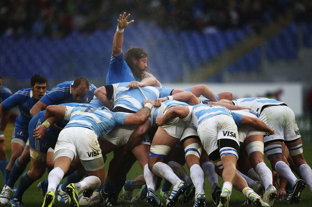 Martin Castrogiovanni nel mezzo della mischia argentina