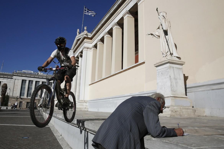 L'università di Atene, in basso Yanis Varoufakis