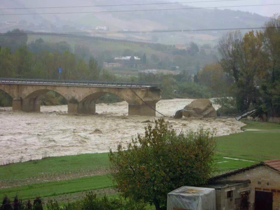 Il ponte sul fiume Aso crollato tra Ascoli e Fermo