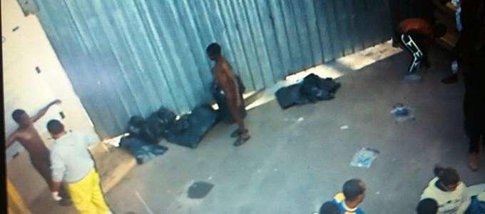 Le immagini del video girato dai migranti nel centro d'accoglienza di Lampedusa e trasmesso dal Tg2 documentano il disumano trattamento anti scabbia subito da uomini nudi nel cortile