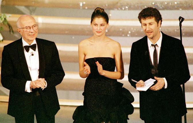 Il Nobel Renato Dulbecco, Laetitia Casta e Fabio Fazio sul palco di Sanremo nel 1999