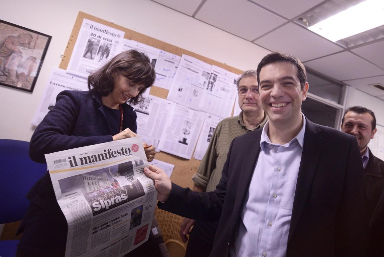 Alexis Tsipras nella redazione del manifesto con una