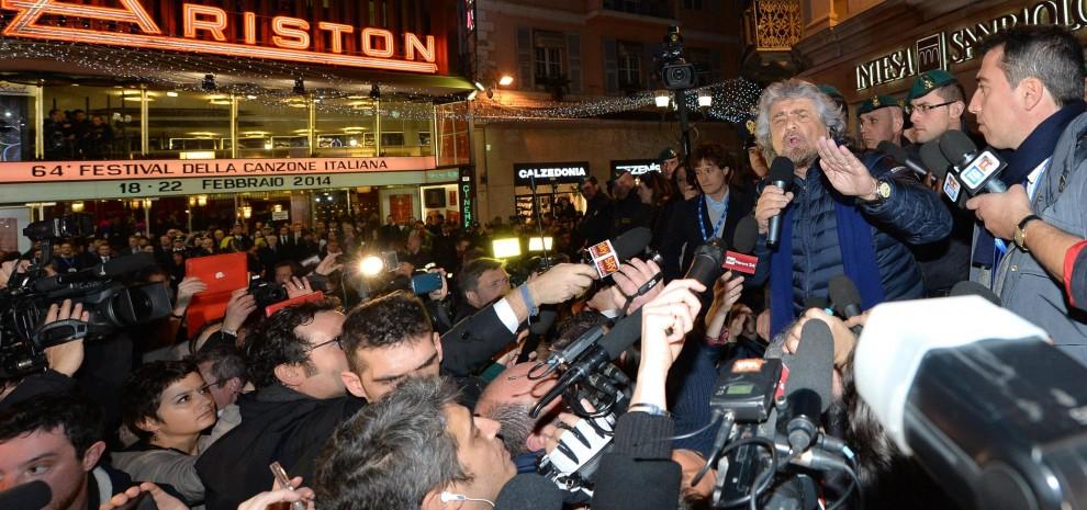 Beppe Grillo di fronte all'Ariston durante l'ultimo festival di Sanremo