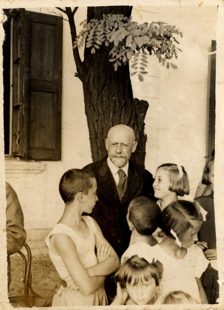 Korczak con i suoi bambini