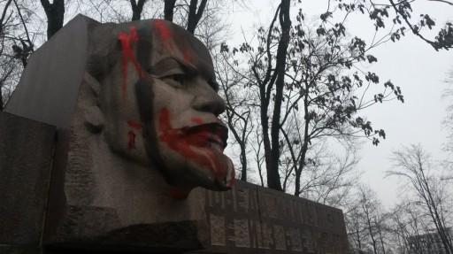 Monumento a Lenin lordato dai neonazisti ucraini
