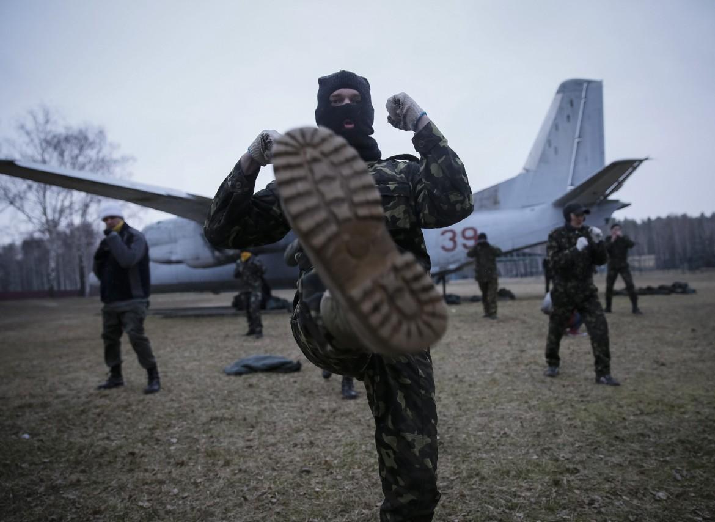 Addestramento di un battaglione di auto-difesa della nuova guardia nazionale ucraina